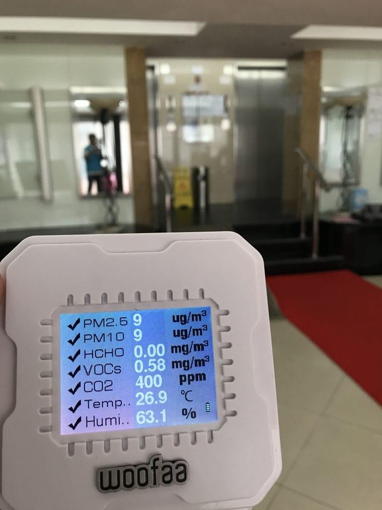 進入用家現場檢測前,我們會先在附近環境取兩組空氣品質基數,一組在大廈大堂內,令一組會在街上